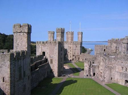 1280px-Caernarfon castle in